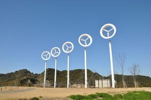 現在九州大学伊都キャンパスに設置されている「風レンズ風車」。高さは13.4メートル、風車本体の直径は3.4メートル、定格出力は5キロワット