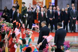 歓迎式典に臨むオバマ米大統領(左)と中国の習近平国家主席=12日、北京の人民大会堂
