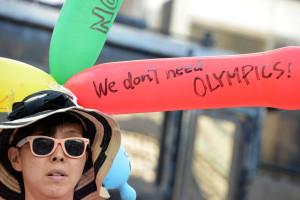 オリンピックカラーにちなんだ5色の風船には「オリンピック要らない」。=31日夕、新橋 写真:山田旬=