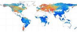 地球温暖化が進んだ場合の洪水の頻度予測。アジアやアフリカなど青い地域は、洪水の回数が増えることを示す(東大の平林研究室提供)