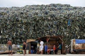 フィリピンの首都マニラ(Manila)のごみ捨て場(2013年6月19日撮影)。