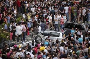 7月30日、中国国営紙グローバル・タイムズは、王子製紙工場の排水管建設計画をめぐり、江蘇省で行われた大規模デモについて、当局による判断の誤りが原因で発生したと指摘。写真はデモの様子。28日撮影(2012年 ロイター/Carlos Barria)