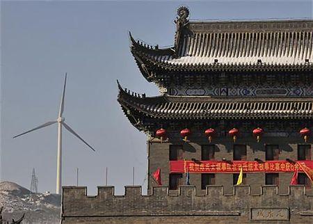中国・調兵山市内から見える風力発電装置(2011年1月18日、中国遼寧省調兵山市)