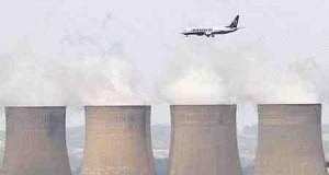 発電所の上空を飛ぶ航空機(2008年7月1日、英ノッティンガムシャー州)
