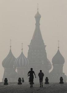 周辺の森林火災によるスモッグに覆われた猛暑のモスクワ(2010年8月2日、ロシア・モスクワ)