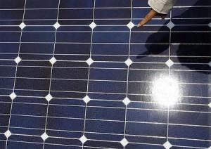 太陽光パネルを検査する関係者(11年7月6日、川崎市)