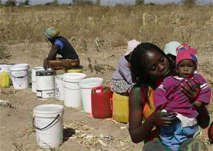 井戸水確保のために列を作る女性たち(2007年8月21日、ジンバブエ・ブラワヨ)