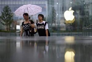 8月31日、中国の環境団体は、国内のサプライチェーンの環境汚染問題を見て見ぬふりをしているとして、米アップルを批判した。上海のアップルストア前で25日撮影(2011年 ロイター/Carlos Barria)