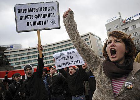 フラッキング反対を叫ぶ女性(2012年1月14日、ブルガリア・ソフィア)