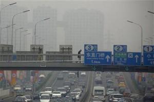 大気汚染の深刻な北京の幹線道路上にかかる歩道橋(12年6月6日、中国北京)