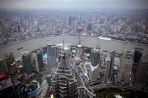 3月8日、上海の経済紙によると、中国は今年上半期に、2015年のエネルギー消費量に上限を設定する見通し。上海で昨年10月撮影(2012年 ロイター/Carlos Barria)