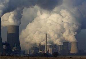 もうもうと煙を吐く石炭火力発電所(12年2月10日、ドイツ・ノイラート)