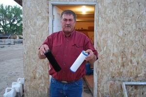 汚染水で黒くなったという水フィルターを見せる農民(2009年9月17日、米ワイオミング州)