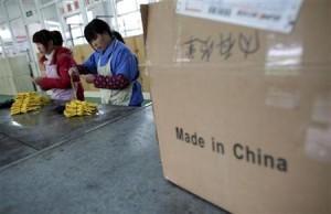 4月4日、米アップルがフォックスコンと労働環境の改善に取り組むことで合意したことは、中国がもはや「世界で最も安価な生産拠点」でなくなりつつあることを明確に示している。写真は上海の工場ではたらく女性従業員。1月撮影(2012年 ロイター/Carlos Barria)