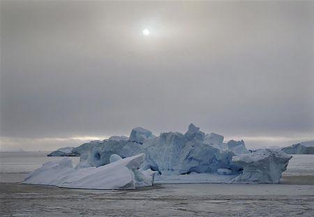 海氷の間に浮く氷山(2010年3月18日、グリーンランド・ウマナック)