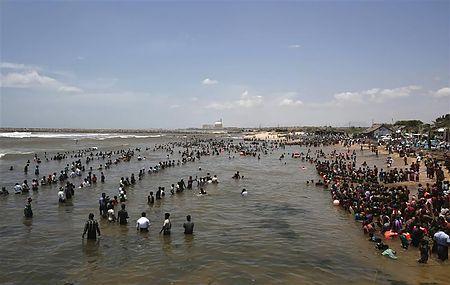 ベンガル湾で水に入りながら原発稼働に抗議する人々(2012年9月13日、インド・タミルナドゥ州)