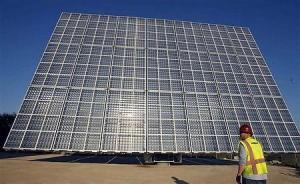 太陽光パネルを検査する作業員(2012年1月17日、米カリフォルニア州ポモナ)