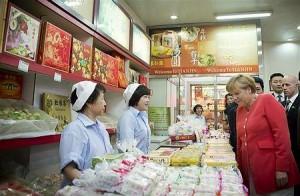 天津の食料品店を訪れたメルケル独首相(2012年8月31日、中国天津)