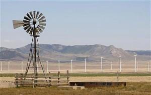 新型の風力発電所の近くにある旧来式の風車(2012年5月21日、米ユタ州ミルフォード)