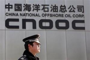 7月23日、中国海洋石油(CNOOC)グループは、カナダのネクセンを約151億ドルで買収合意したと発表した。写真は北京のCNOOC本社前で2008年2月撮影(2012年 ロイター/Claro Cortes IV)