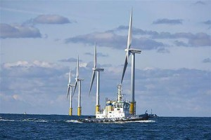 オランダの洋上風力発電装置(2007年9月3日、オランダ・エイマイデンの沖合23キロ)