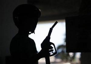 ガソリンスタンドで給油ノズルを手にする客(2012年8月27日、仏ニース)