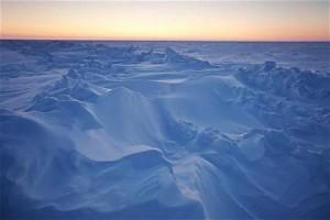 氷結したアラスカ・プルドー湾での日没風景(2011年3月18日)