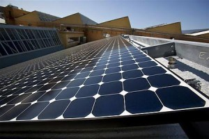サンパワー本社ビルの屋上の太陽パネル(2010年3月18日、米カリフォルニア州リッチモンド)
