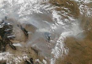 多数の山火事による煙が写る衛星写真(2012年9月15日)(米航空宇宙局提供)