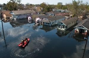 ハリケーン「カトリーナ」の通過後、生存者を探す救助隊員(アメリカ、ルイジアナ州ニューオーリンズ)。