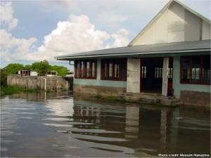 ツバル、フナフチ島(首都)。環礁のため内陸から沸き上がった水によって浸水している町(浸水後)。