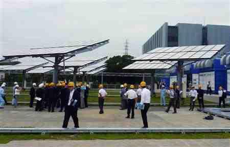 住友電気工業が公開した高効率太陽光発電システム=24日、横浜市栄区