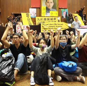 国会に座り込む学生・青年たち  「加油、台湾!」