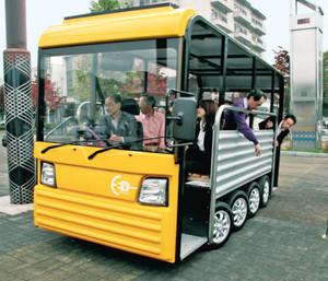大工学部や県内企業などが開発した「E-コミバス(MAYU)」=群馬県桐生市で