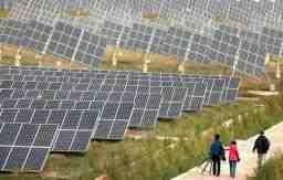 中国・寧夏回族自治区に設置された太陽光発電のパネル。太陽光発電は発展途上国でも拡大している=2011年9月(UPI=共同)