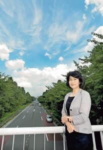 元国立市長の上原公子さん。守ろうとしたきれいな空と緑が見渡せた=東京都国立市で(由木直子撮影)
