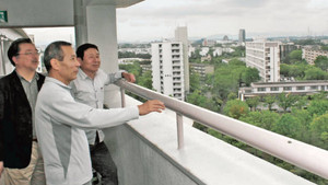 多摩ニュータウンの集合住宅の屋根を見下ろしながら構想を語る準備室のメンバー=東京都多摩市で