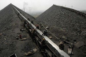 中国の石炭灰集積場で撮影された、燃え残った石炭の回収作業。発電所やビル、工場など世界中で建設されているインフラ設備の主たるエネルギー源は、石炭など化石燃料だ。